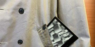 Kindle Oasis 3 的尺寸可以剛好放到口袋中